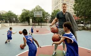 Картинка дети, спорт, мячи, актер, Райан Рейнольдс, Ryan Reynolds, баскетбол, фотосессия, площадка, Peggy Sirota