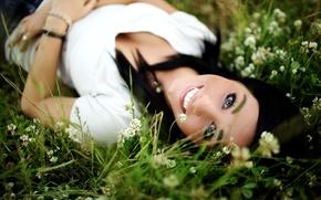 Обои зелень, трава, взгляд, цветы, природа, лицо, улыбка, девушки, брюнетка