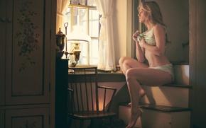 Картинка взгляд, девушка, свет, лампа, окно, ступеньки