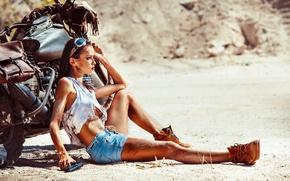 Картинка пистолет, лето, очки, ботинки, девушка, брюнетка, шорты, песок, майка, усталость, мотоцикл, Harley Davidson, жара, байк