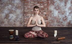 Картинка девушка, поза, стена, модель, портрет, свечи, атмосфера, майка, медитация, лотос, relax, блондинка, йога, пол, прикосновение, …