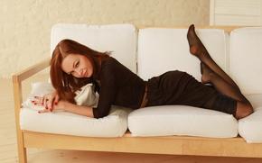Картинка взгляд, диван, Алиса, лежит