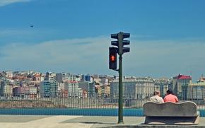 Обои небо, скамейка, город, светофор, человеки пляж