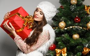 Картинка девушка, шарики, коробка, подарок, шапка, игрушки, елка, ель, Новый Год, брюнетка, Рождество, белая, бант, Christmas, …