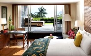 Картинка комната, стиль, пальмы, интерьер, столик, кровать, город, спальня, вазы, стол, деревья, терраса, светлый, подушки, Санья, ...