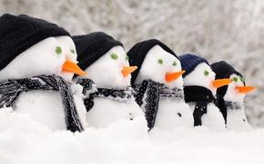 Картинка снег, снеговики, шапки, морковки, шарфы