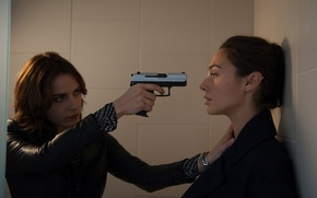 Обои оружие, Gal Gadot, Антье Трауэ, Antje Traue, Галь Гадот, ситуация, Criminal, Преступник, девушки, пистолет