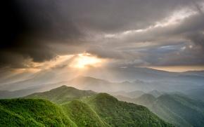 Картинка зелень, небо, солнце, лучи, горы, тучи, долина
