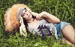 Картинка трава, взгляд, девушка, лицо, шорты, перья