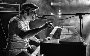 Картинка музыка, дым, сцена, подсветка, микрофон, музыкант, певец, электрический орган
