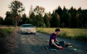 Картинка дорога, машина, игрушки, ситуация, парень