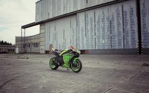 Картинка небо, облака, green, здание, мотоцикл, суперспорт, зеленая, yamaha, bike, ямаха, yzf-r1