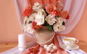 Картинка чай, розы, свеча, ожерелье, конфеты, ткань, натюрморт