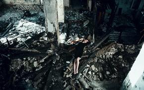 Обои взгляд, мусор, разруха, брюнетка, девушка, young, платье, модель, портрет, лежит, поза, russian, Mike Shatikhin, пожарище, ...