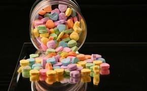 Обои драже, разноцветные, банка, яркие, сердечки, сладкое, баночка, цветные, еда, черный фон