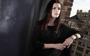 Картинка модель, вид, актриса, брюнетка, окно, прическа, hair, cтена, Jaimie Alexander, Джейми Александр, Джейми Александер