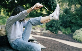 Обои джинсы, кеды, девушка