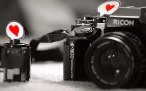 Обои макро, фотоаппарат, бумага, сердце, чувство, любовь, черно-белые, серый фон, пленка, камера, love, объектив