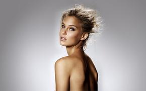 Обои взгляд, веснушки, фон, красотка, прическа, Бар Рафаэли, брюнетка, Bar Refaeli, модель