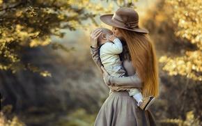 Картинка осень, природа, женщина, поцелуй, шляпа, платье, малыш, мама, ребёнок, мать, материнство