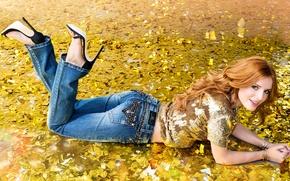 Картинка девушка, блеск, джинсы, реклама, актриса, туфли, лежит, блузка, рыжая, на полу, фотосессия, бренд, Bella Thorne, …