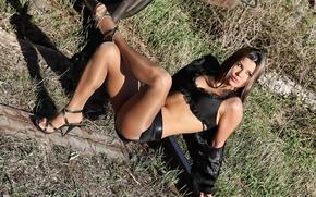 Картинка трава, девушка, рельсы, юбка, брюнетка, колготки, ножки, в черном, бюстгалтер