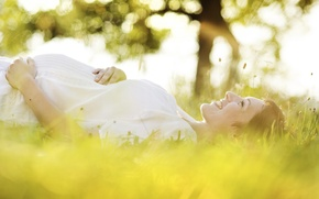 Картинка трава, деревья, счастье, природа, поза, улыбка, женщина, руки, профиль, мама, беременность