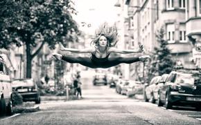 Обои улица, девушка, полёт, прыжок, танец, город