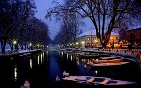 Картинка зима, снег, город, озеро, Франция, лодки, вечер, канал, Анси, le lac d'Annecy