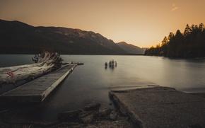 Обои озеро, горы, коряги, пирс, небо, люди, закат