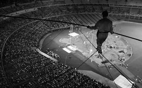 Обои фото, чёрно-белое, ситуация, купол, арена, адреналин, риск, зрители, вусота, Канатоходец