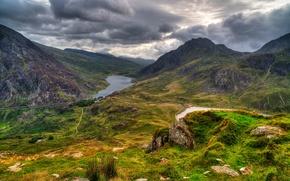 Картинка тучи, великобритания, горы, природа, сноудония, деревья, озеро, лес, облака, небо, трава, камни