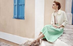 Картинка девушка, юбка, сидит, босоножки