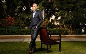 Картинка зелень, взгляд, природа, кресло, актер, мужчина, Леонардо Ди Каприо, Leonardo DiCaprio