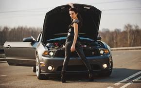 Картинка Девушки, Брюнетка, смотрит в камеру, стоит рядом с авто Ford, Красивая девушка, открыла капот