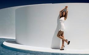 Картинка вода, модель, белое платье, платформа, Laura James, девушка. поза