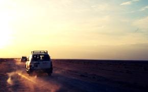 Картинка песок, машина, небо, солнце, пустыня, джип, путешествие, солнечные лучи, бесконечность