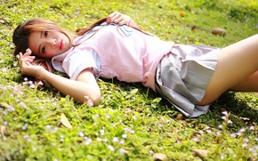 Картинка лето, трава, девушка, лицо, волосы, лежит