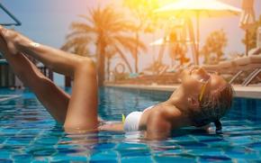 Картинка вода, поза, настроение, ноги, бассейн, очки