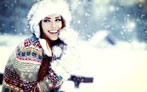 Картинка зима, девушка, снег, улыбка, шапка, смех, брюнетка, мех, рукавицы