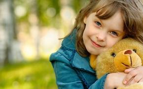 Картинка радость, природа, улыбка, фон, настроения, волосы, ребенок, мишка, девочка, шатенка, маленькая, незаменимый друг