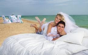 Картинка море, пляж, девушка, блондинка, пара, постель, подушка, парень, невеста, жених, улыбки. фата