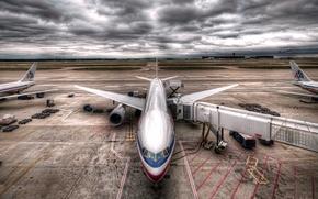Картинка Самолет, Тучи, Аэропорт, Крылья, Boeing, Авиация, 777, Пасмурно, Авиалайнер