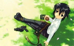 Картинка пистолет, отдых, лепестки, ремень, art, kino no tabi, чашка кофе, трака, kouhaku kuroboshi, kino, путешествие …