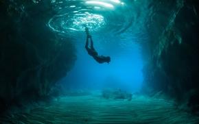 Картинка океан, скалы, человек, дно, подводный мир
