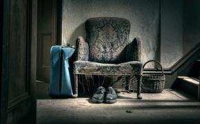 Картинка корзина, кресло, ботинки, чемодан