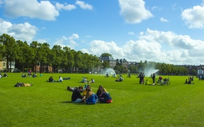 Картинка небо, трава, облака, велосипед, город, люди, газон, Амстердам, туризм, фонтаны, сидят, голандия, town, туристы, amsterdam, …