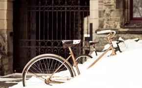 Картинка зима, снег, велосипед, город, здание, ворота