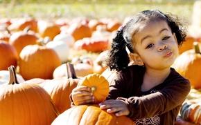 Обои девочка, прикольная, ребенок, тыквы, лицо, тыква, гримаса, плод