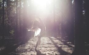 Картинка лес, девушка, лучи, танец